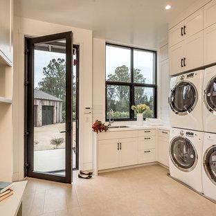 Immagine di una lavanderia chic con lavello sottopiano, ante in stile shaker, ante bianche, pareti bianche e lavatrice e asciugatrice affiancate