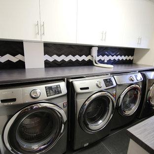 Idéer för mellanstora vintage parallella grått tvättstugor enbart för tvätt, med en nedsänkt diskho, släta luckor, vita skåp, träbänkskiva, beige väggar och en tvättmaskin och torktumlare bredvid varandra