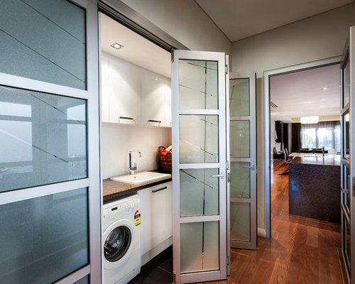 Hauswirtschaftsraum mit kassettenfronten und waschmaschinenschrank