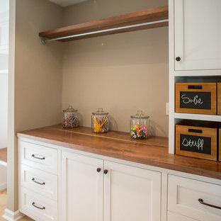 Idéer för att renovera ett stort vintage parallellt grovkök, med skåp i shakerstil, vita skåp, träbänkskiva, beige väggar, klinkergolv i keramik och en tvättmaskin och torktumlare bredvid varandra