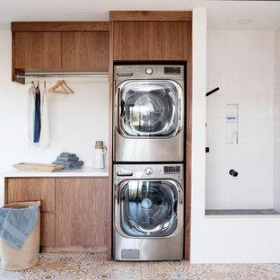 Inspiration för rustika vitt grovkök, med släta luckor, skåp i mörkt trä, vita väggar, en tvättpelare och flerfärgat golv