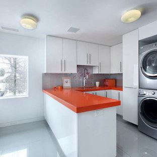 Cette image montre une buanderie design avec un plan de travail orange.