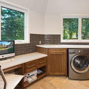 Immagine di una grande lavanderia multiuso tradizionale con lavello sottopiano, ante in stile shaker, ante in legno scuro, top in pietra calcarea, pareti grigie, pavimento in gres porcellanato, lavatrice e asciugatrice affiancate, pavimento beige e top beige