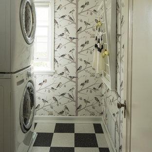 Ejemplo de lavadero ecléctico con lavadora y secadora apiladas y suelo multicolor