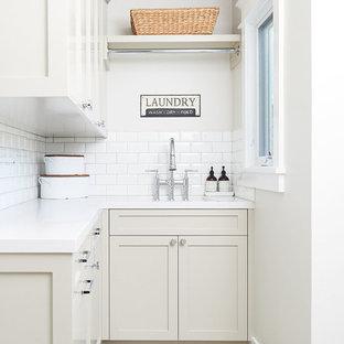 Ispirazione per una sala lavanderia stile marinaro di medie dimensioni con lavello sottopiano, ante in stile shaker, ante grigie, top in quarzo composito, pareti grigie, pavimento con piastrelle in ceramica, lavatrice e asciugatrice a colonna, pavimento multicolore e top bianco