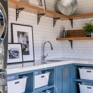 Idee per una grande lavanderia stile rurale con ante lisce, ante in legno scuro e parquet chiaro