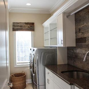 Immagine di una sala lavanderia rustica di medie dimensioni con lavello a vasca singola, ante in stile shaker, ante bianche, top in granito, pareti beige e lavatrice e asciugatrice affiancate