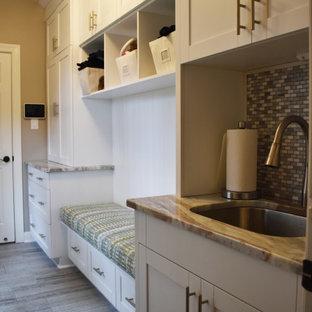 Esempio di una grande lavanderia multiuso american style con lavello a vasca singola, ante in stile shaker, top in granito, paraspruzzi grigio, paraspruzzi in marmo, pareti grigie, pavimento in gres porcellanato, lavatrice e asciugatrice affiancate e pavimento grigio