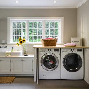 Idéer för ett mellanstort lantligt beige grovkök, med skåp i shakerstil, vita skåp, marmorbänkskiva, klinkergolv i keramik, en tvättmaskin och torktumlare bredvid varandra, en nedsänkt diskho och grå väggar