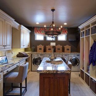 Esempio di una grande sala lavanderia classica con lavello sottopiano, ante con bugna sagomata, ante con finitura invecchiata, pavimento in gres porcellanato e lavatrice e asciugatrice affiancate