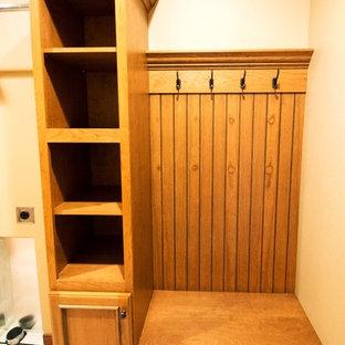 Стильный дизайн: универсальная комната в классическом стиле с бежевыми стенами и со стиральной и сушильной машиной рядом - последний тренд