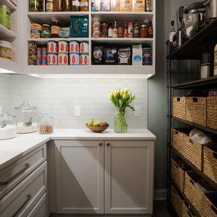 Bild på ett mellanstort lantligt parallellt grovkök, med en undermonterad diskho, släta luckor, vita skåp, bänkskiva i kvarts, beige väggar, klinkergolv i porslin, en tvättmaskin och torktumlare bredvid varandra och grått golv