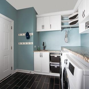Idéer för att renovera ett litet vintage l-format grovkök, med en undermonterad diskho, skåp i shakerstil, vita skåp, granitbänkskiva, blå väggar, klinkergolv i keramik och en tvättmaskin och torktumlare bredvid varandra