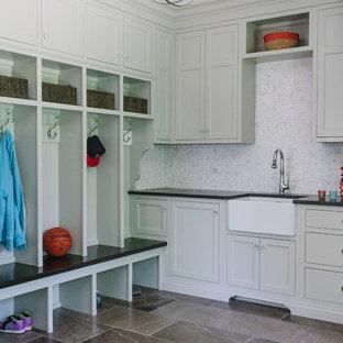 Idéer för stora vintage l-formade tvättstugor enbart för tvätt, med vita väggar, marmorgolv, en rustik diskho, luckor med infälld panel, bänkskiva i koppar, tvättmaskin och torktumlare byggt in i ett skåp och grå skåp