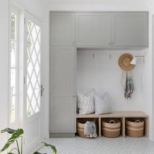 Ispirazione per una lavanderia multiuso stile marino di medie dimensioni con ante in stile shaker, ante grigie, top in legno, pareti bianche, pavimento in gres porcellanato e pavimento grigio