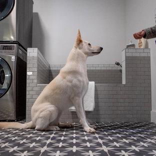 Idéer för att renovera ett stort nordiskt grovkök, med skåp i shakerstil, svarta skåp, grå väggar, klinkergolv i keramik, en tvättpelare och grått golv