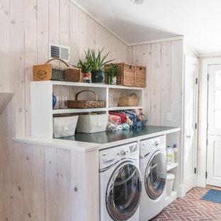 Inspiration för ett litet vintage parallellt grovkök, med öppna hyllor, vita skåp, träbänkskiva, vita väggar, tegelgolv och en tvättmaskin och torktumlare bredvid varandra