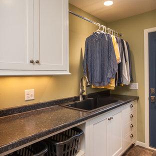 Foto di una lavanderia multiuso classica di medie dimensioni con lavello da incasso, ante bianche, top in quarzo composito, pareti verdi, pavimento in vinile e ante con riquadro incassato