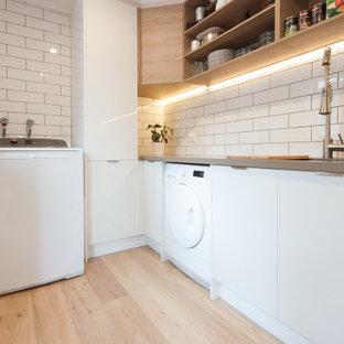 Idéer för ett mellanstort modernt grå parallellt grovkök med garderob, med en dubbel diskho, öppna hyllor, vita skåp, bänkskiva i koppar, vitt stänkskydd, stänkskydd i tunnelbanekakel, vita väggar och ljust trägolv