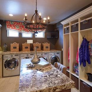 Foto på ett mycket stort vintage grovkök, med en undermonterad diskho, luckor med upphöjd panel, granitbänkskiva, bruna väggar, klinkergolv i keramik, en tvättmaskin och torktumlare bredvid varandra och beige skåp