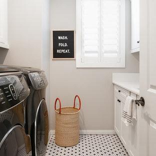 Ispirazione per una sala lavanderia classica con ante in stile shaker, ante bianche, pareti grigie, lavatrice e asciugatrice affiancate, pavimento multicolore e top bianco