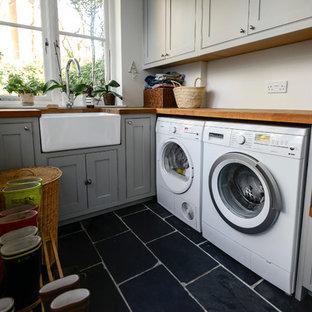 Inspiration för klassiska tvättstugor, med svart golv