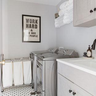 Ispirazione per una sala lavanderia nordica con lavello sottopiano, ante in stile shaker, ante grigie, pareti grigie, lavatrice e asciugatrice affiancate, pavimento multicolore e top bianco