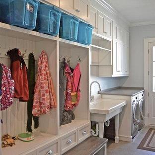Exempel på ett mellanstort klassiskt linjärt grovkök, med en allbänk, skåp i shakerstil, vita skåp, bänkskiva i koppar, grå väggar, kalkstensgolv och en tvättmaskin och torktumlare bredvid varandra