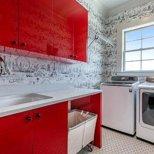 Idee per una sala lavanderia design di medie dimensioni con lavello sottopiano, ante lisce, ante rosse, top in quarzo composito, pareti grigie, pavimento con piastrelle in ceramica, lavatrice e asciugatrice affiancate, pavimento bianco e top bianco