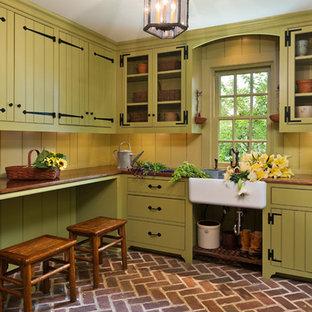 Idee per una lavanderia multiuso tradizionale con lavello stile country, ante verdi e top in legno