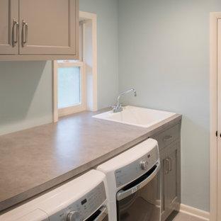 Idéer för små vintage parallella grått tvättstugor enbart för tvätt och med garderob, med en allbänk, luckor med infälld panel, grå skåp, laminatbänkskiva, blå väggar, klinkergolv i keramik och beiget golv