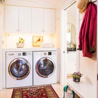Foto på ett mellanstort vintage linjärt grovkök, med en tvättmaskin och torktumlare bredvid varandra, skåp i shakerstil, vita skåp, bänkskiva i koppar, vita väggar och travertin golv