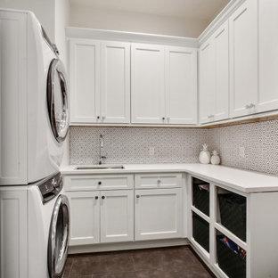 Inspiration för en liten vintage vita u-formad vitt tvättstuga enbart för tvätt, med en undermonterad diskho, skåp i shakerstil, vita skåp, bänkskiva i kvartsit, vitt stänkskydd, stänkskydd i mosaik, vita väggar, mellanmörkt trägolv, en tvättpelare och brunt golv