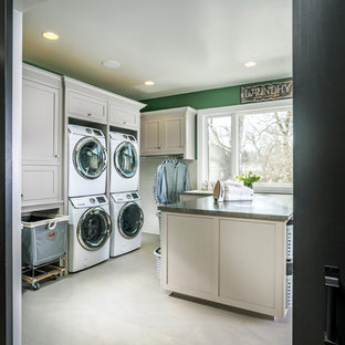 Idéer för mycket stora vintage u-formade grovkök, med gröna väggar och en tvättpelare
