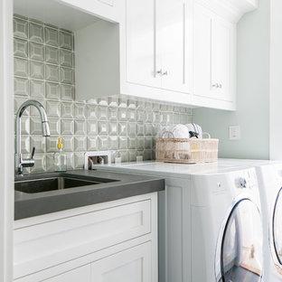 Idee per una sala lavanderia stile marinaro di medie dimensioni con lavello sottopiano, ante in stile shaker, ante bianche, top in cemento, pavimento in gres porcellanato, lavatrice e asciugatrice affiancate, pavimento grigio, top grigio e pareti grigie