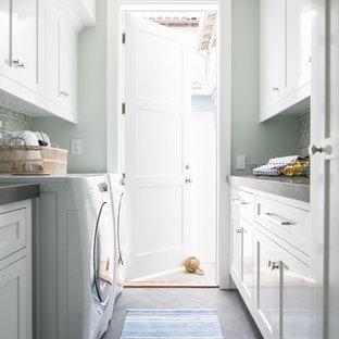 Inspiration för en mellanstor maritim parallell tvättstuga enbart för tvätt, med en undermonterad diskho, skåp i shakerstil, vita skåp, bänkskiva i betong, klinkergolv i porslin, en tvättmaskin och torktumlare bredvid varandra, grått golv och grå väggar