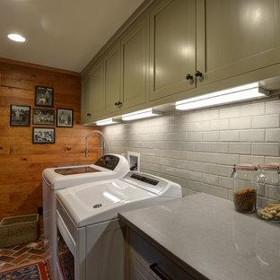 Idee per una lavanderia multiuso rustica di medie dimensioni con lavello sottopiano, ante in stile shaker, ante grigie, top in quarzo composito, pavimento in mattoni, lavatrice e asciugatrice affiancate, pavimento rosso e top grigio