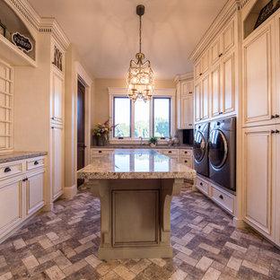 Foto di un'ampia sala lavanderia tradizionale con lavello sottopiano, ante con bugna sagomata, ante bianche, top in granito, pareti beige, lavatrice e asciugatrice affiancate e pavimento multicolore