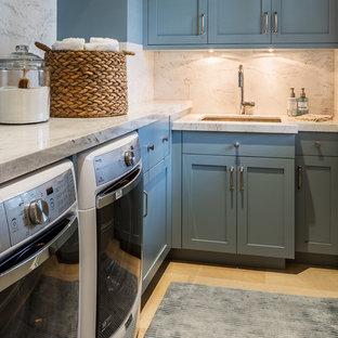 Foto på en stor vintage flerfärgade linjär tvättstuga enbart för tvätt, med en undermonterad diskho, luckor med infälld panel, turkosa skåp, granitbänkskiva, beige väggar, klinkergolv i keramik, en tvättmaskin och torktumlare bredvid varandra och beiget golv