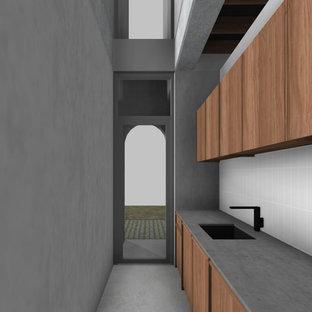 Immagine di una piccola sala lavanderia contemporanea con ante in legno scuro, top in cemento, pareti grigie, pavimento in cemento, pavimento grigio e top grigio