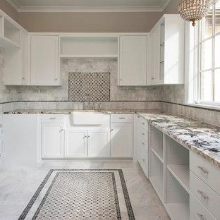Foto på ett mellanstort vintage u-format grovkök, med en rustik diskho, skåp i shakerstil, vita skåp, granitbänkskiva, vitt stänkskydd, stänkskydd i stenkakel, marmorgolv, flerfärgat golv och grå väggar