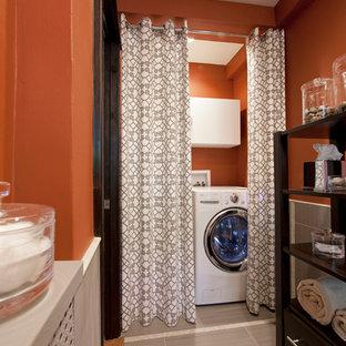 Inredning av en modern tvättstuga, med orange väggar