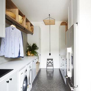 Exempel på ett mellanstort modernt vit parallellt vitt grovkök, med en nedsänkt diskho, skåp i shakerstil, bänkskiva i kvarts, grått stänkskydd, stänkskydd i glaskakel, vita väggar, betonggolv, en tvättmaskin och torktumlare bredvid varandra, turkosa skåp och grått golv