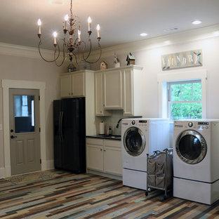 Ispirazione per una grande sala lavanderia bohémian con lavello a vasca singola, ante in stile shaker, ante bianche, top in granito, pareti grigie, pavimento in gres porcellanato, lavatrice e asciugatrice affiancate e pavimento multicolore