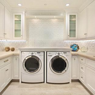 Inspiration för en vintage beige beige tvättstuga, med vita skåp och beiget golv