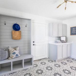 Idéer för att renovera ett mellanstort vintage vit linjärt vitt grovkök, med skåp i shakerstil, grå skåp, vita väggar, klinkergolv i keramik och grått golv