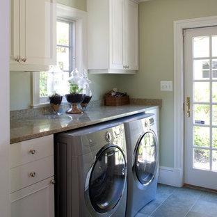 Bild på en vintage linjär tvättstuga, med skåp i shakerstil, vita skåp och granitbänkskiva