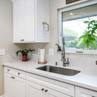 Inspiration för en mellanstor vintage vita parallell vitt tvättstuga enbart för tvätt, med en undermonterad diskho, skåp i shakerstil, vita skåp, bänkskiva i kvarts, vitt stänkskydd, beige väggar, klinkergolv i porslin, en tvättmaskin och torktumlare bredvid varandra och brunt golv
