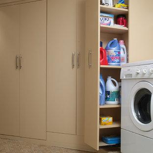 Immagine di una lavanderia multiuso classica di medie dimensioni con ante lisce, ante beige, lavatrice e asciugatrice affiancate, pareti beige, pavimento in gres porcellanato e pavimento beige