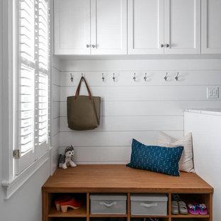 Bild på ett mellanstort vintage vit linjärt vitt grovkök, med en enkel diskho, skåp i shakerstil, vita skåp, marmorbänkskiva, grå väggar, klinkergolv i keramik, en tvättmaskin och torktumlare bredvid varandra och grått golv